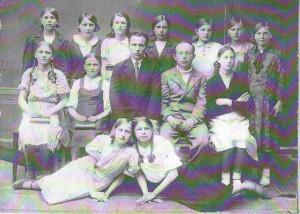 выпуск 1941г., 7В класс. в центре директор школы Синайский С.В.